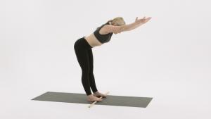 Übung am Arbeitsplatz für gesunden Rücken. Verspannung lösen. Bewegte Pause