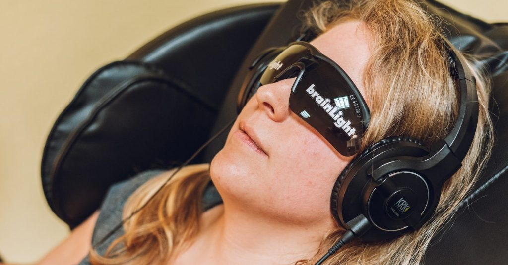 Musik über Kopfhörer und Frequenzlicht über Brille helfen mental zu entspannen. Meditation, relaxen. Dazu Massage im Massagesesel. Bonn, Köln, Showroom in Sankt Augustin